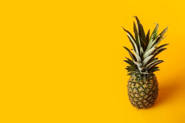 Un ananas jaune entier mûr frais sur un lumineux