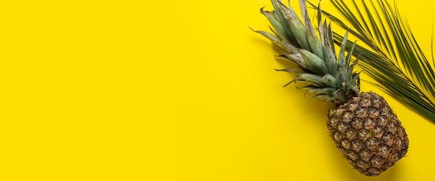 Ananas jaunes entiers mûrs frais et palmiers lsit