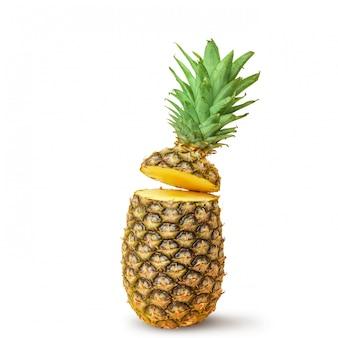 Ananas juteux, coupé en morceaux sur un fond blanc. isolé.