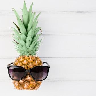 Ananas avec lunettes de soleil à bord