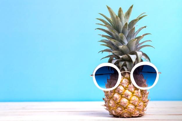 Ananas avec lunettes de soleil fashion summer party et concept de vacances