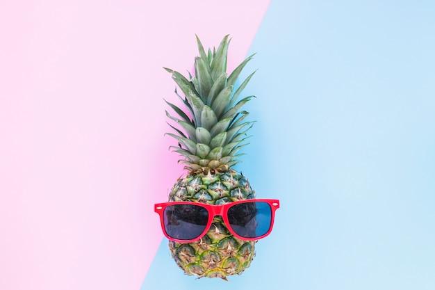Ananas avec des lunettes de soleil sur la table