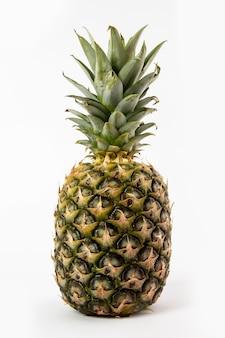 Ananas moelleux juteux isolé sur blanc
