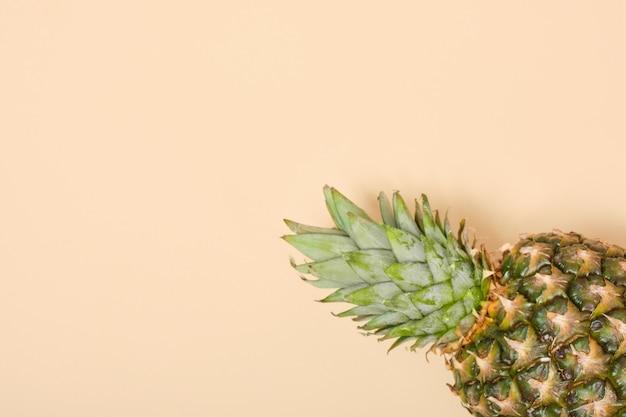 Ananas mûr frais sur fond beige copie espace vue de dessus