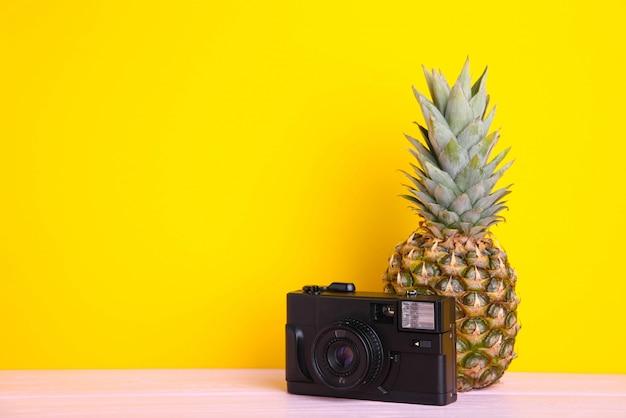 Ananas mûrs avec caméra jaune