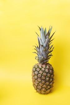 Ananas mûrs sur fond jaune