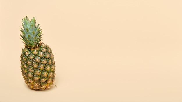Ananas mûrs frais sur fond beige