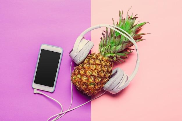 Ananas sur papier de couleur dans les écouteurs