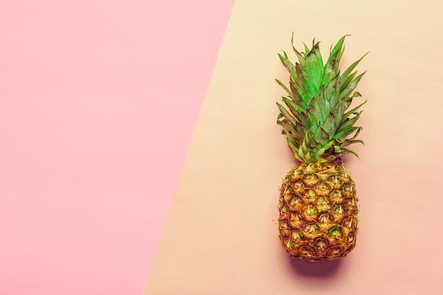 Ananas sur papier de couleur