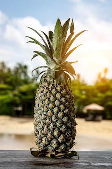 Ananas sur une plage exotique.