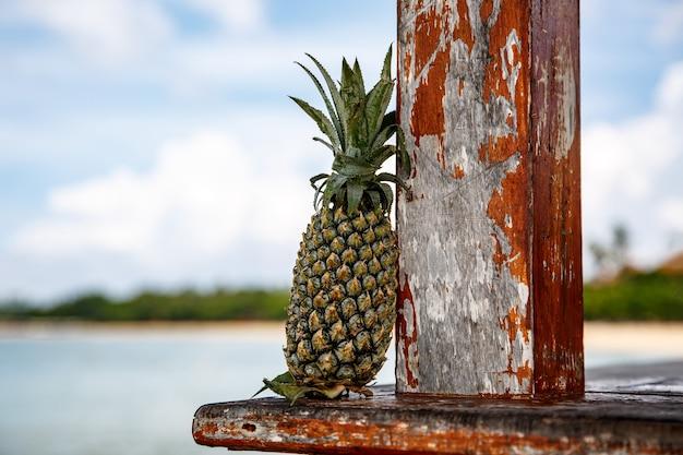 Ananas sur une plage.