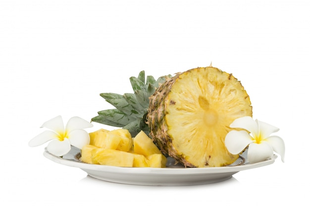 Ananas sur plat moitié avec fleur isolé sur fond blanc