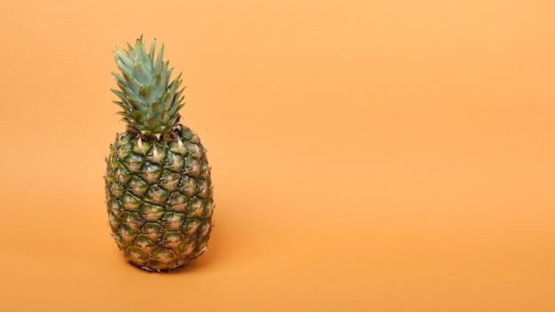 Ananas savoureux mûr frais sur fond marron et beige