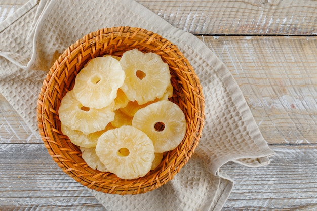 Ananas séchés dans un panier sur une serviette de cuisine