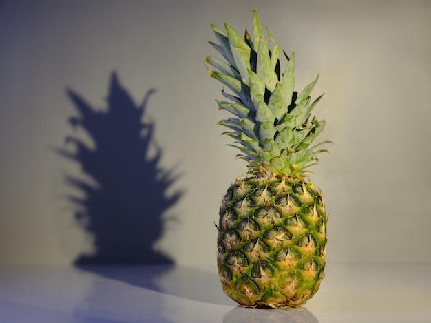 Ananas sur la table contre le mur
