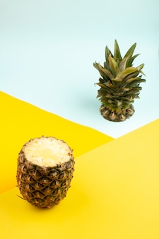 Ananas tranché frais mûr sur le jaune et le bleu glacier