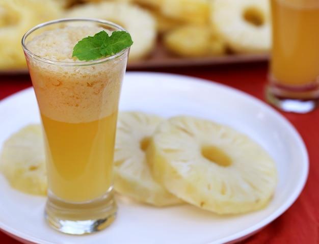 Ananas tranché avec jus en verre