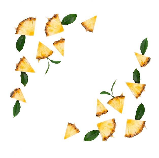 Ananas en tranches avec des feuilles vertes isolés sur fond blanc. morceaux d'ananas, avec un tracé de détourage. vue de dessus.