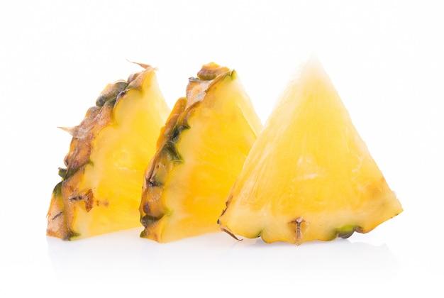 Ananas avec des tranches isolés sur blanc