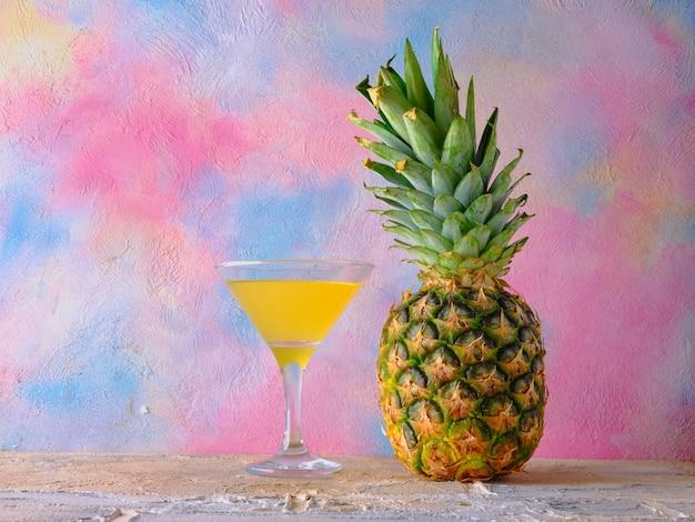 Ananas et un verre de jus d'ananas