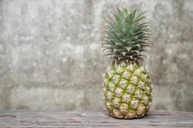 Ananas avec vieux fond de mur de briques