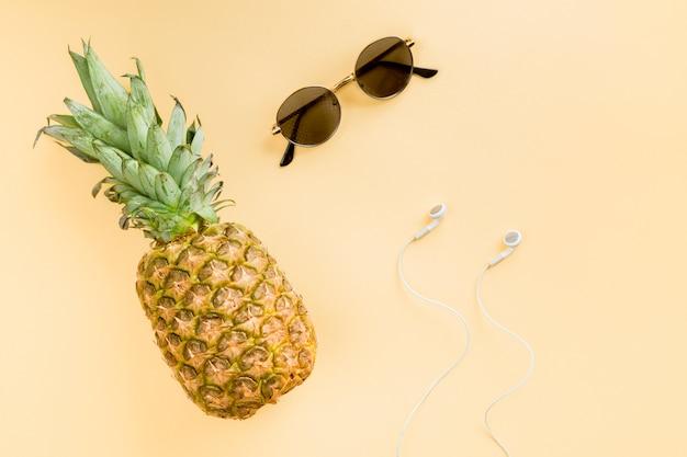 Ananas vue de dessus avec lunettes de soleil