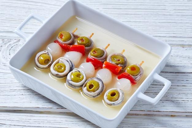Anchois aux olives et pinchos à l'oignon