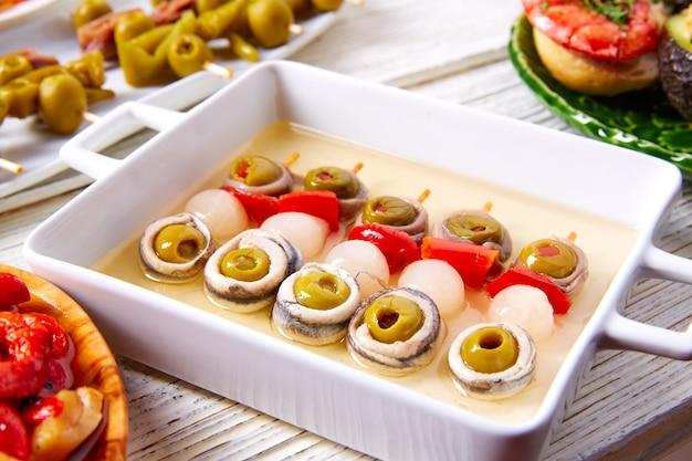 Anchois aux olives et pinchos d'oignons cueillis