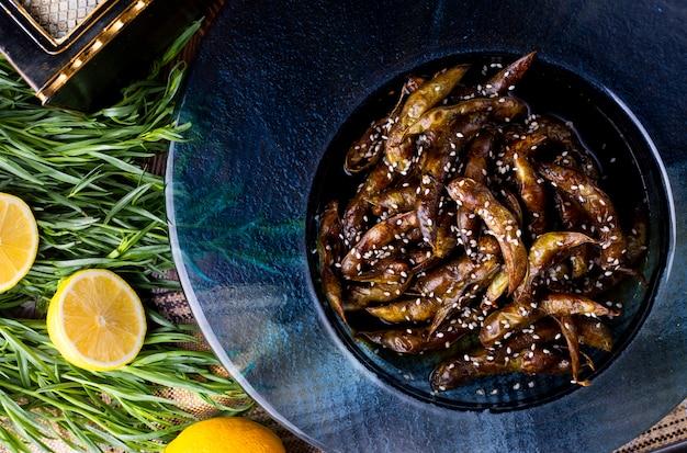 Anchois frits au citron et au romarin.