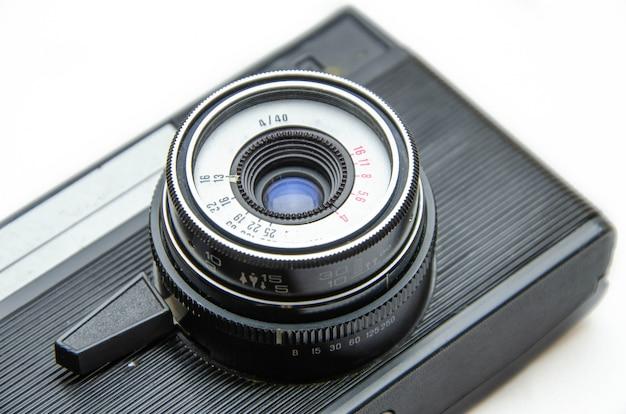 Ancien appareil photo argentique. caméra de rareté. une caméra dans des mains muse, armant. matériel photographique soviétique. la caméra en macro, objectif, intérieur, détails