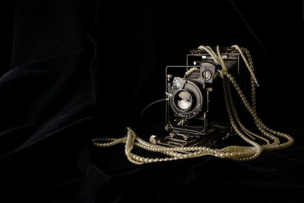 Ancien appareil photo argentique rétro, noir