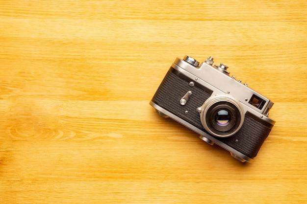 Ancien appareil photo rétro sur table en bois vintage