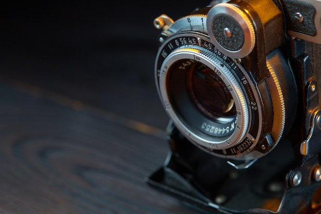 Ancien appareil photo vintage sur la table en bois. style cinématographique.