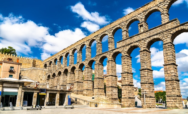 Ancien aqueduc romain de ségovie en castille et leon, espagne