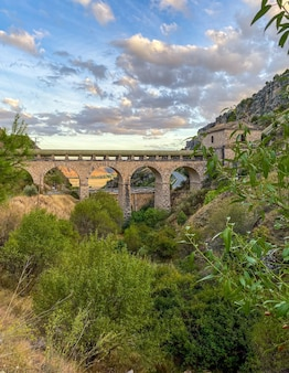 Ancien aqueduc traversant les montagnes dans la campagne de madrid en espagne