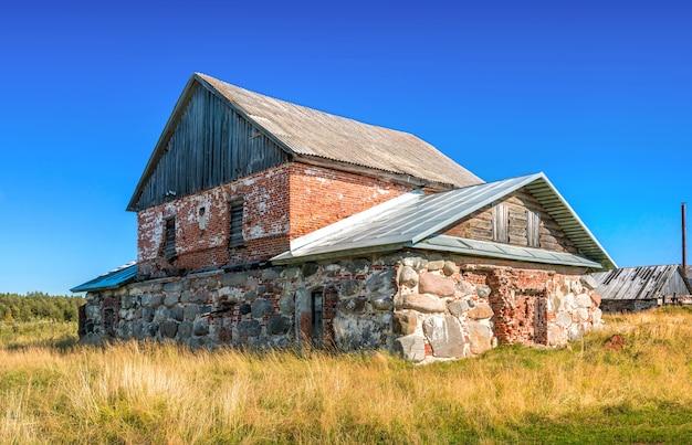 Un ancien bain en pierre dans un village sur les îles solovetsky