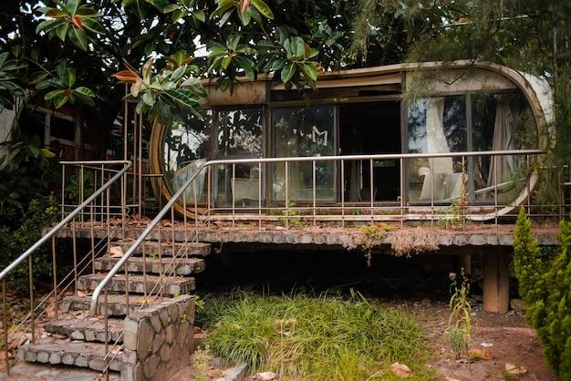 Ancien bâtiment abandonné avec des fenêtres en verre dans un jardin à wanli ufo village, taiwan