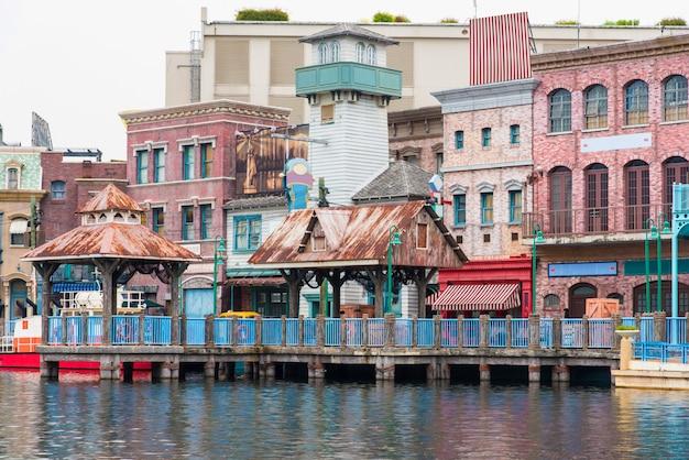 Ancien bâtiment au bord de l'eau