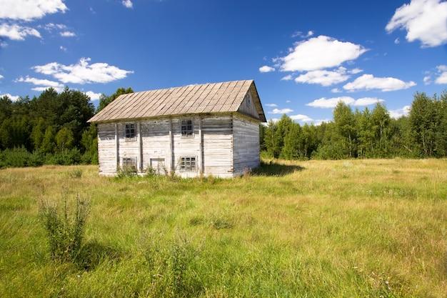L'ancien bâtiment en bois utilisé comme moulins