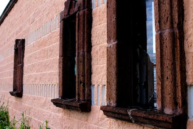 Ancien bâtiment avec fenêtres brisées