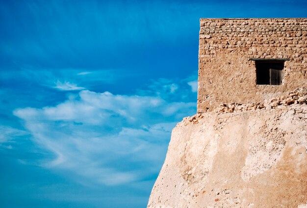 Ancien bâtiment en pierre contre le ciel bleu en tunisie.