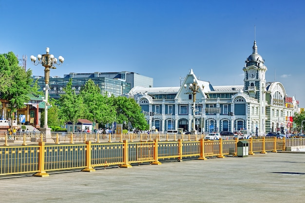Ancien bâtiment, quartier résidentiel historique et moderne de pékin avec des rues traditionnelles. chine.