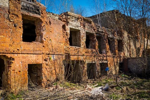 Ancien bâtiment en ruine abandonné dans la campagne, grunge.