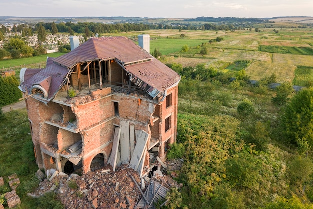 Ancien bâtiment en ruine après le tremblement de terre. une maison de briques effondrée.