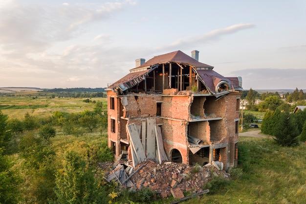 Ancien bâtiment en ruine après le tremblement de terre. une maison en briques s'est effondrée.