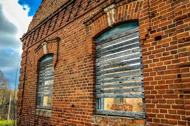 Ancien bâtiment en ruine de brique rouge.