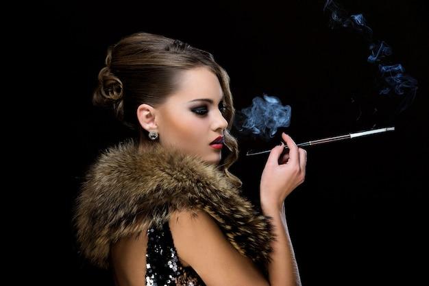 Ancien. belle fille avec cigarette