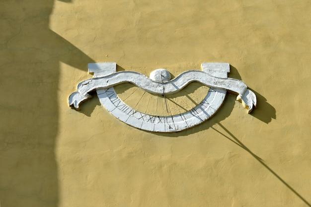 Ancien cadran solaire sur le mur de l'église reconstruite.