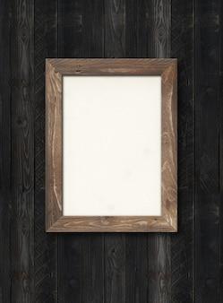 Ancien cadre photo en bois rustique accroché à un mur en bois noir. image horizontale. modèle de maquette vierge