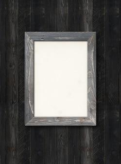 Ancien cadre photo en bois rustique accroché à un mur en bois noir. image horizontale. modèle vierge